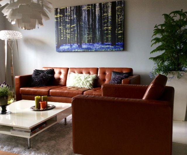 Living room: Sofa Florence Knoll and pillows H&M Home. Print Photowall.