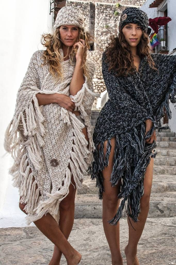 Grof gebreide poncho van Ibiza People vol franjes. Ook te dragen als shawl en omslagdoek.
