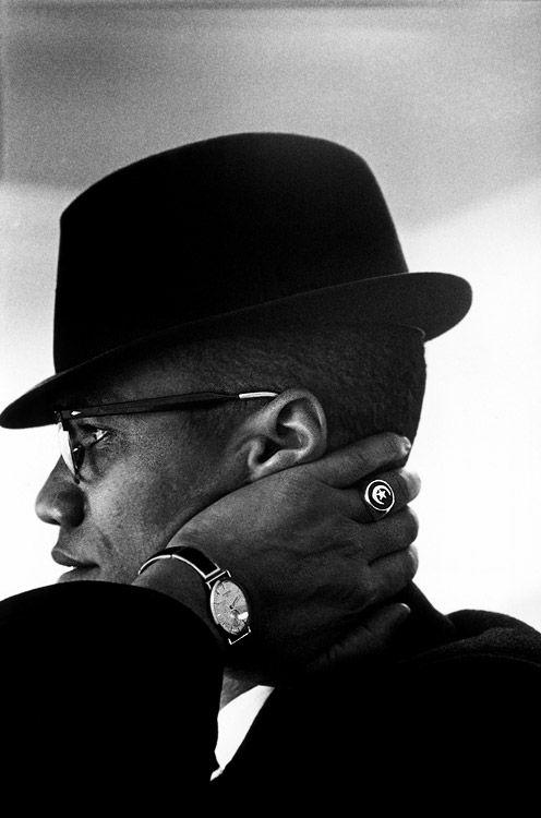 Malcolm X (19 mayo 1925 a 21 febrero 1965), nació Malcolm Little y también conocido como El-Hajj Malik El-Shabazz (árabe), era un ministro afroamericano y activista de los derechos humanos. Para sus admiradores era un valiente defensor de los derechos de los negros, un hombre que acusó a los estadounidenses blancos en los términos más duros para sus crímenes contra los estadounidenses negros. Ha sido llamado uno de los mayores y más influyentes afroamericanos en la historia...