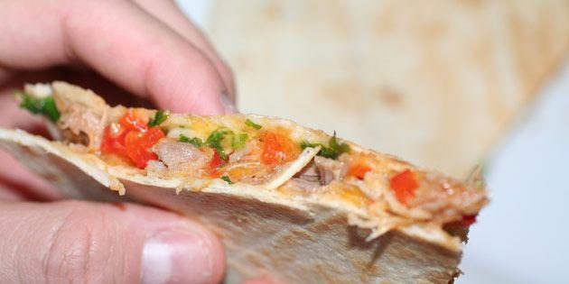 Jeg har altid en masse lækre rester, når jeg laver pulled pork. Og de er helt perfekte at putte i en quesadilla med grøntsager og smeltet ost.