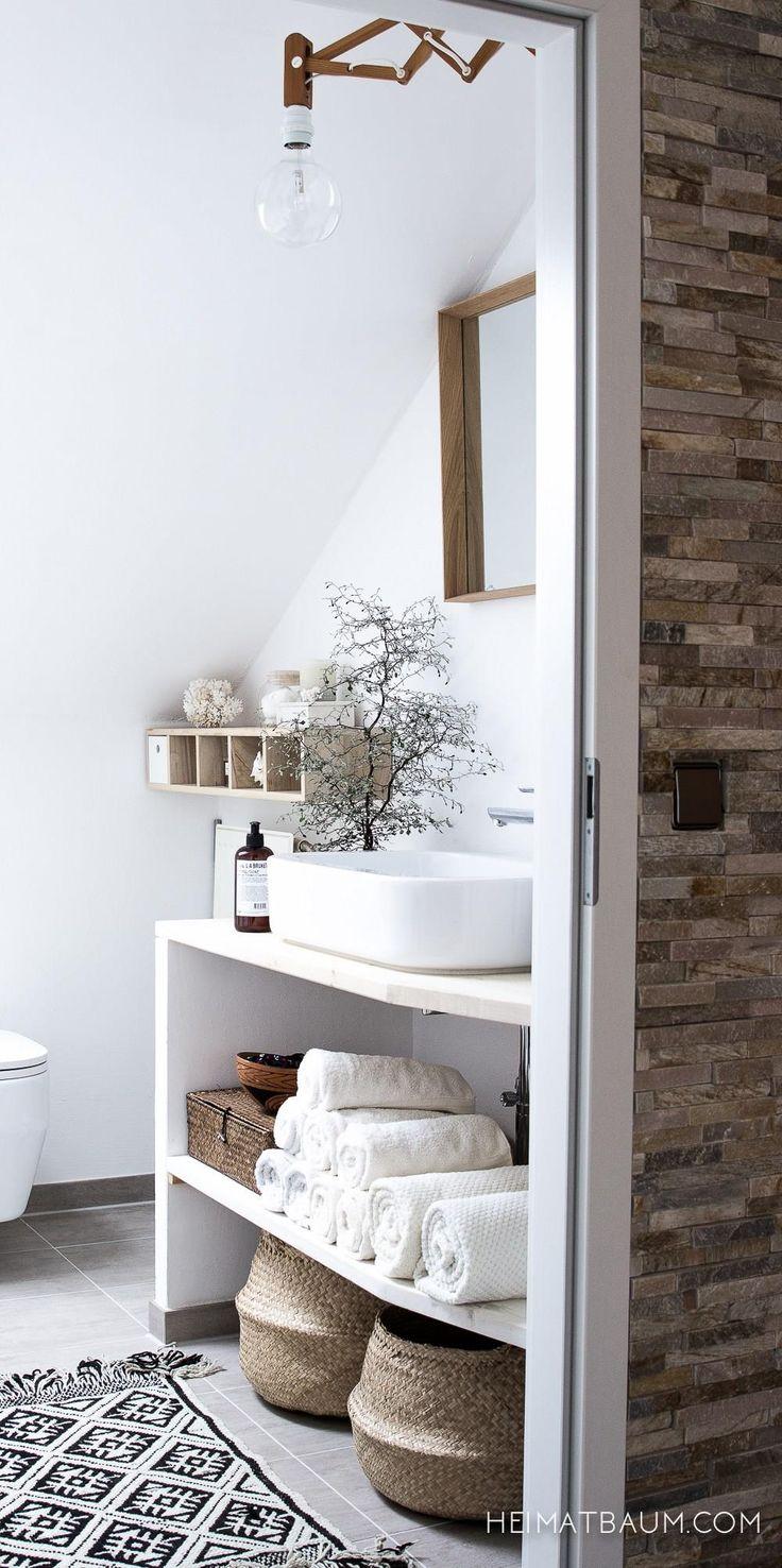 Witte Ibiza badkamer met rieten manden, houten accessoires en light bulb lamp. // via Nyde