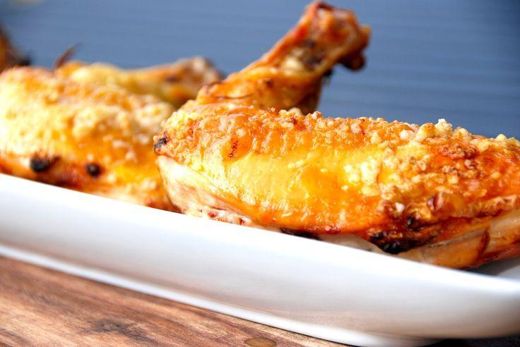 Grillet kyllingebryst med hvidløg og sprødt skind. Grillet ved direkte varme i gasgrillen. Foto: Guffeliguf.dk.