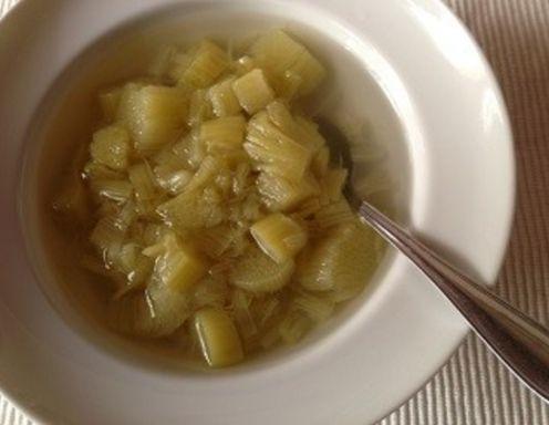 Für das Rhabarberkompott den Rhabarber schälen und in kleine Stücke schneiden. Den Rhabarber mit Wasser bedecken, den Zucker und die Gewürze