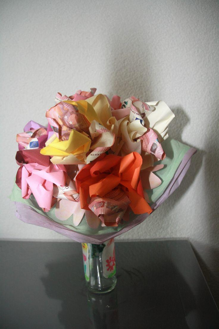 Een bosje geldbloemen: in elke bloem zit € 10 verwerkt en staat voor 10 jaar