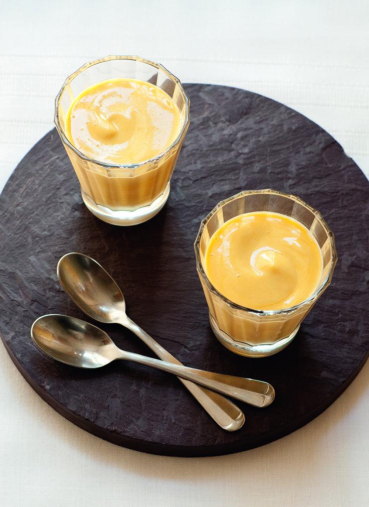 Het simpelste (en lekkerste) Italiaanse toetje is en blijft zabaglione. Dit recept komt uit de nieuwste telg in De Zilveren Lepel-familie: Quick & Easy. Klop de dooiers met de suiker in een hittebestendige kom met een elektrische mixer tot een lichte, luchtige massa. Roer er dan beetje bij beetje de drank door. Zet de kom op …