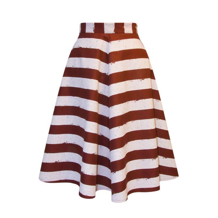 Spódnica krojona z szerokich klinów. Zastosowana tkanina jest dosyć sztywna dzięki czemu spódnica nie opada, ale ładnie się unosi. Wykończenie matowe tkaniny wierzchniej nadaje stylizacji dosyć surowego charakteru.