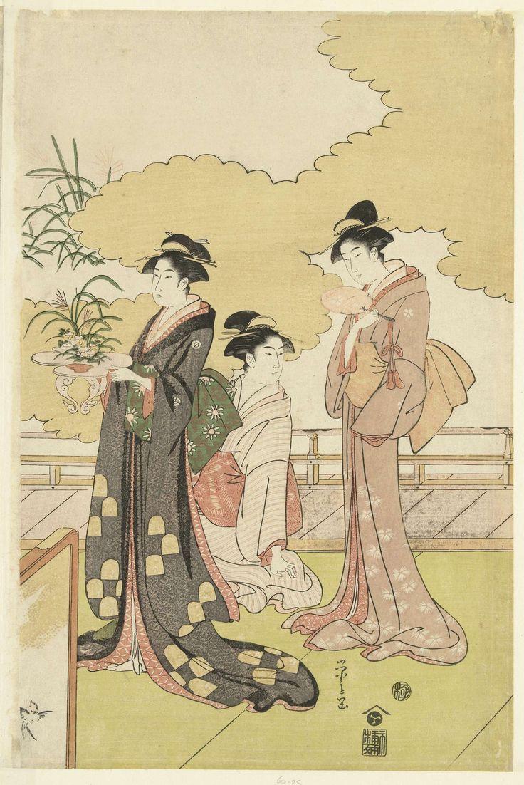 Hosoda Eishi | Vrouwen in een openlucht kamer, Hosoda Eishi, Nishimura Yohachi, 1793 - 1797 | Drie vrouwen, één zittend, de andere twee staand met waaier en bloemstuk, in openlucht kamer met veranda en kamerscherm; wolkpatroon op de achtergrond.