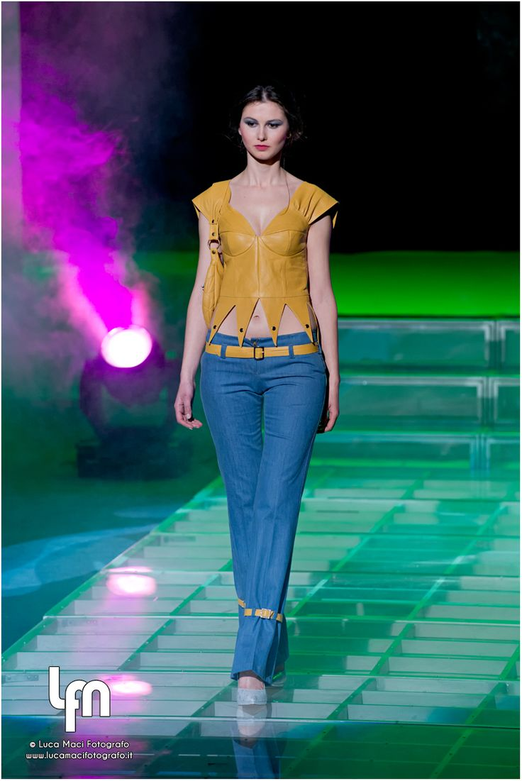 leather bustier, jeans, med-moda