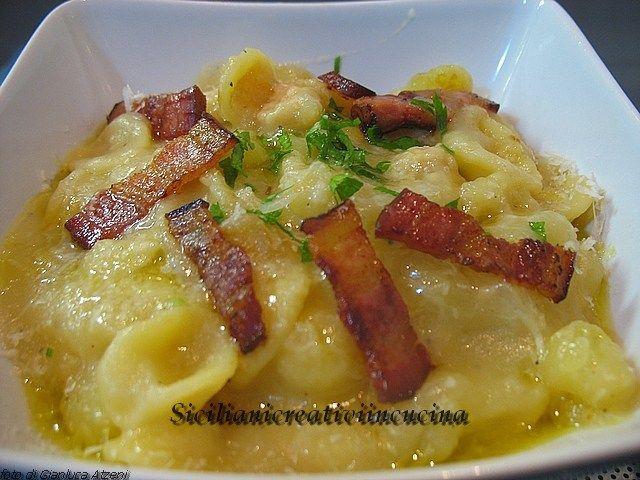 Pasta e patate con pancetta croccante