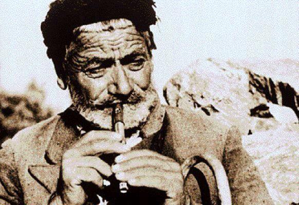 Κρήτη-1954: Ο Γιάννης Νάθενας παίζει θιαμπόλι στις Κάτω Γωνιές Μαλεβιζίου Κρήτης. Τη φωτογραφία έχει τραβήξει ο μουσικός ερευνητής Samuel Baud-Bovy
