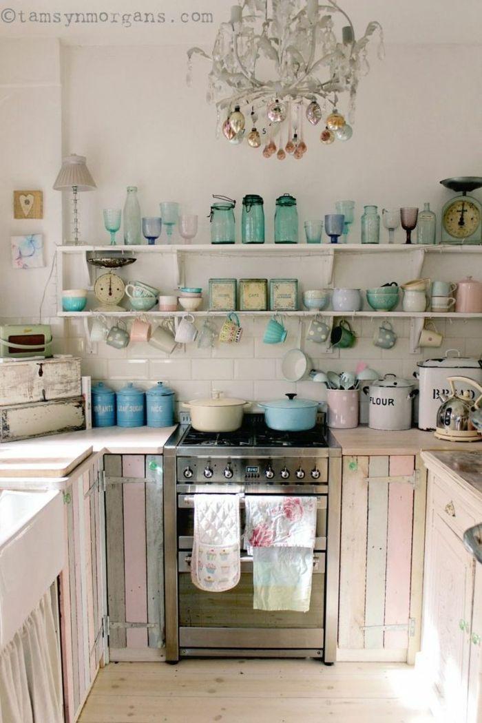 cocinas rusticas, cocina de madera pintada en colores pastel, horno con ollas y vasos en colores pastel, lámpara de araña