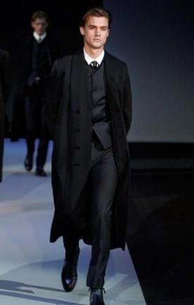 Большой выбор мужских пальто в магазине