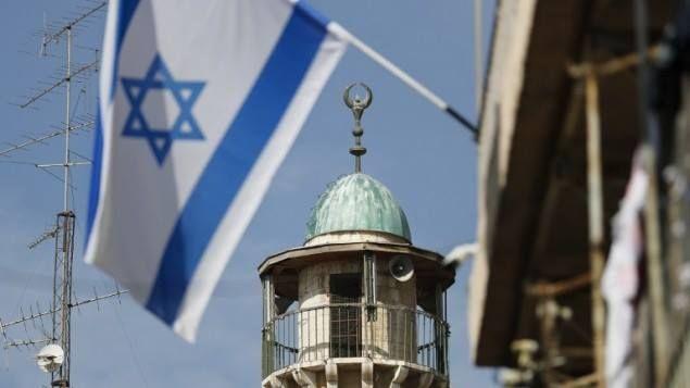 "Israel kejar RUU anti azan Shubuh  Ilustrasi (timesofisrael.com)  Komite Menteri untuk Legislasi Israel pada Minggu (12/2) menyetujui versi revisi RUU larangan penggunaan pengeras suara di rumah-rumah ibadah pada waktu malam. Versi baru ""RUU muazin"" ini melarang penggunaan pengeras suara bagi tujuan keagamaan antara pukul 23:00-07:00 waktu Israel. Pelanggar undang-undang akan didenda sebesar NIS10.000 ($2600 sekitar Rp 35 juta). RUU direncanakan akan melalui tahap ""pembacaan awal"" di Knesset…"