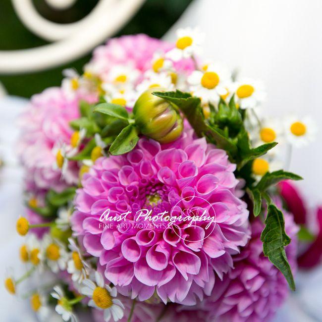 sommerlicher Brautstrauß mit Dalien und Margeriten #austphotography #bridalbouquet #summerbouquet #bergliebe #alpineweddings