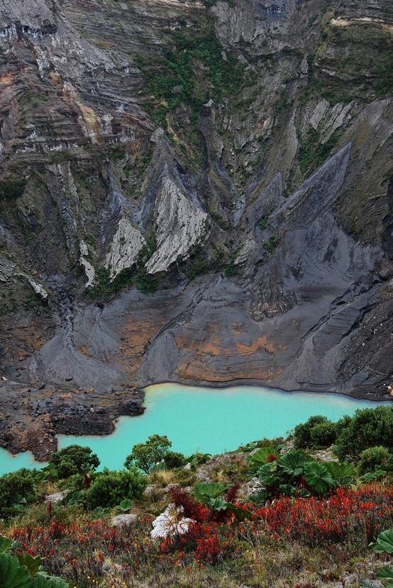 Es  un volcán. Está en Costa Rica.  Usted puede ver animales y plantas. Es muy grade.