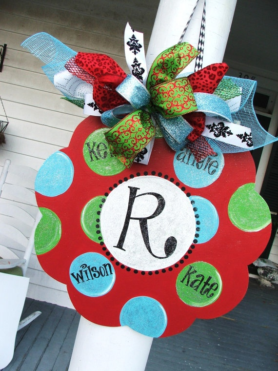 R: Idea, Personalized Christmas Signs, Christmas Crafts, Families Monograms, Doors Decor, Front Doors, Cute Wreaths, Doors Hanging, Christmas Decor