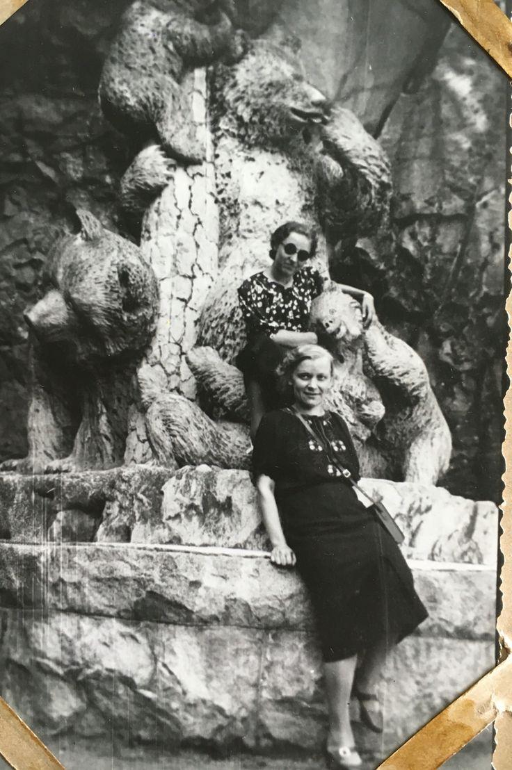 My Grandmama at Aulanko bear statue - Mummo ja ystävä Aulangon karhupatsaalla Hämeenlinnassa