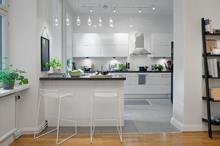 Cocina moderna lacada en blanco, estilo nórdico.