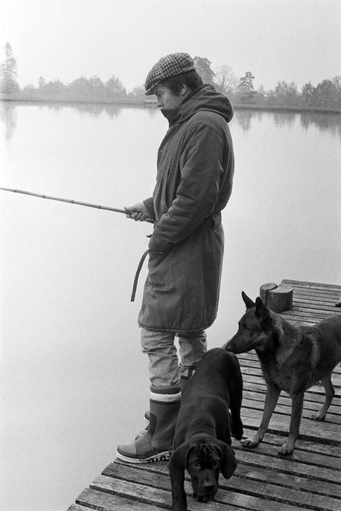 15 novembre 1976 - Alain Delon à la pêche sur le bord de l'étang du château de la Brulerie - Paris Match -Benjamin AUGER