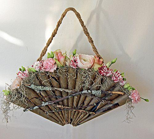 Brudväska av tjärpapper och pinnar. Ranunkler, rosor, lisianthus, tillandsiamossa http://holmsundsblommor.blogspot.se/2013/04/brudbukettsvaska.html 130401