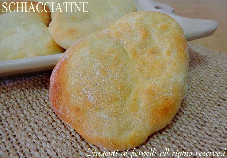 Schiacciatine semplici con farina di semola, soffici focaccine ideali in sostituzione del pane, per merenda o buffet. Ricetta facile schiacciatine semplici.