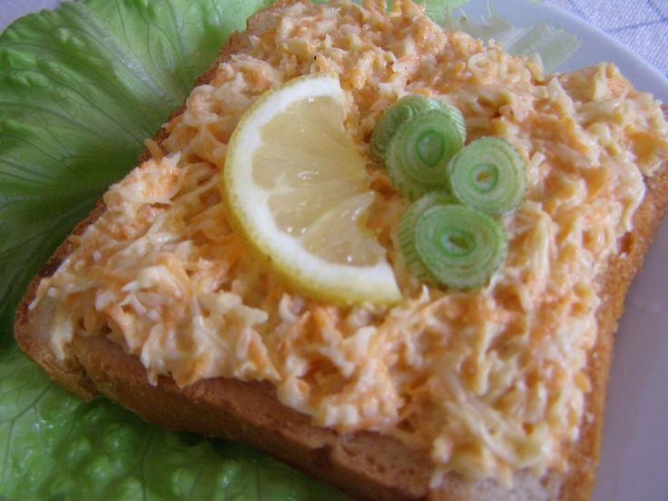 Nastrouháme mrkev a celer, mělo by být v poměru půl na půl. Zakapeme citronem. Přidáme nastrouhaný sýr a majolku. Zamícháme a podáváme s...