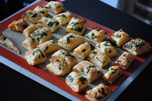 Crackers soufflé à l'ail des ours. Préchauffer le four à 180°. Une abaisse de pâte feuilletée rectangulaire. Parsemer avec l'ail des ours haché, de l'ail en poudre, du poivre et de la fleur de sel. Passer le rouleau à pâte pour que les ingrédients adhèrent bien. Découper la pâte en forme variable avec la roulette à pizza et déposer les morceaux sur une plaque munie de papier sulfurisé. Enfourner 15-20' jusqu' à ce que les soufflés soient dorés ! C'est super léger et trop trop bon !