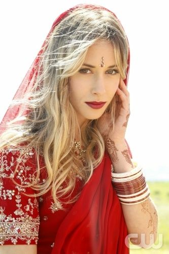Gillian Zinser as Ivy Sullivan in 90210. i think she looks really great in red. this is her 3rd time clad in red in 90210!