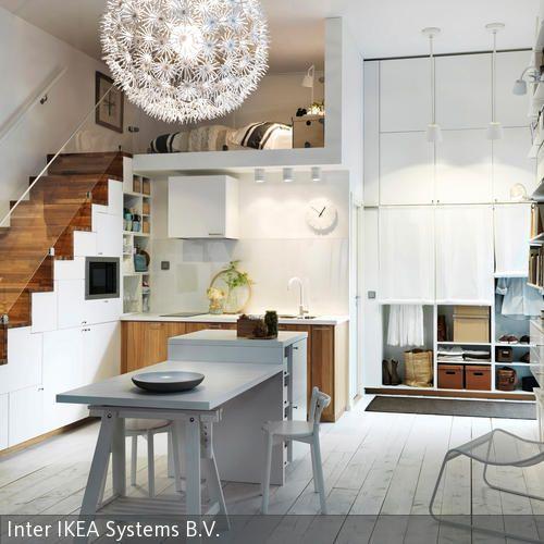 Die helle nordische Einrichtung der Küche wirkt zeitlos und einladend. Viel Platz entsteht in der Küche durch die unter dem Treppenaufgang eingebauten …