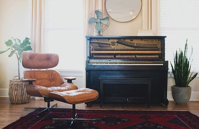 Teach yourself piano and stay motivated! Here are 10 important piano playing tips and advice to stay on track.