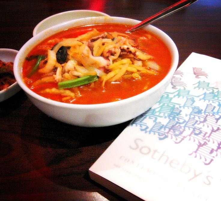 Cozinha coreana. Este prato é chamado de Jjambbong, e consiste em uma sopa picante de macarrão com mariscos. Entre os ingredientes estão anchovas, cogumelos shiitake, algas, lulas, camarões, mexilhões, carne de porco. Entre os temperos estão o gengibre, flocos de pimenta, molho de peixe.     Fotografia: moriza.