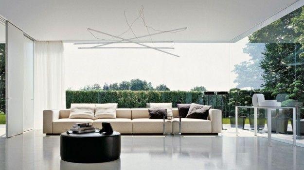 Disporre il divano grande in salotto - Per renderlo il focus della stanza, disponetelo centralmente e contro la vetrata
