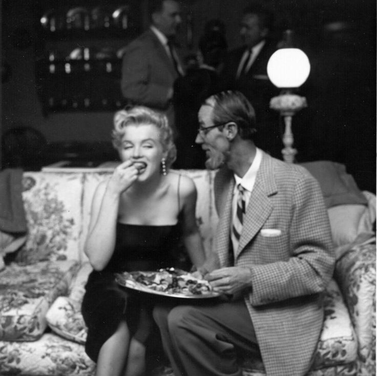 Marilyn Monroe, 1958 // Eating at the Beverly Hills Hotel with Earl Leaf.