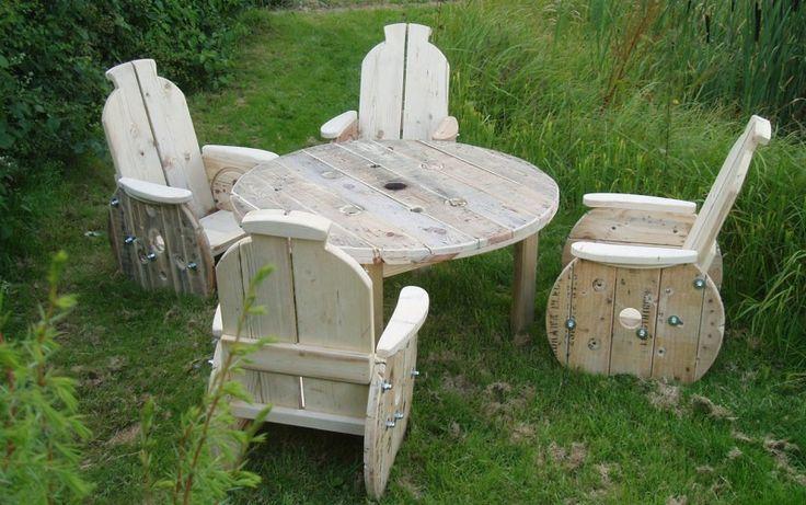 Un set di mobili da giardino realizzato con vecchie bobine per cavi elettrici