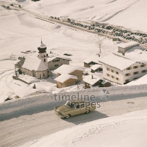 Opel Kapitän bei Stuben am Arlberg, 1958 Gerd Pfeiffer/Timeline Images #Auto #Winter #Straße #Dorf #Kirche #Schnee