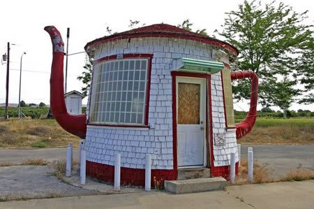 The Teapot Dome, a strange house in Zillah (WA, USA). It was built in 1922 as a reminder of the Teapot Dome Scandal involving President Warren G. Harding and a federal petroleum reserve in Wyoming.