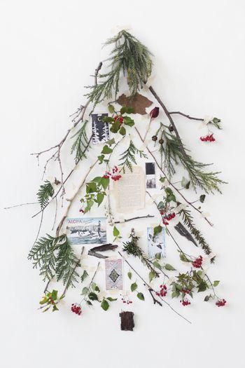 小枝・ハーブ・ドライフラワーなどの植物と、クリスマスの絵ハガキ・写真をマスキングテープで壁にぺたぺた。簡単なのに、とってもおしゃれな雰囲気ですよね。ナチュラルで素朴な雰囲気に、見ているだけでほっこり♪