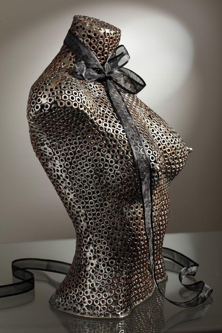 Quel bel objet ce buste femme composé de boulons métal sertis les uns aux autres. Très original. Il ne vous reste plus qu'à lui trouver sa place dans votre intérieur pour vous permettre de contempler ses formes harmonieuses.