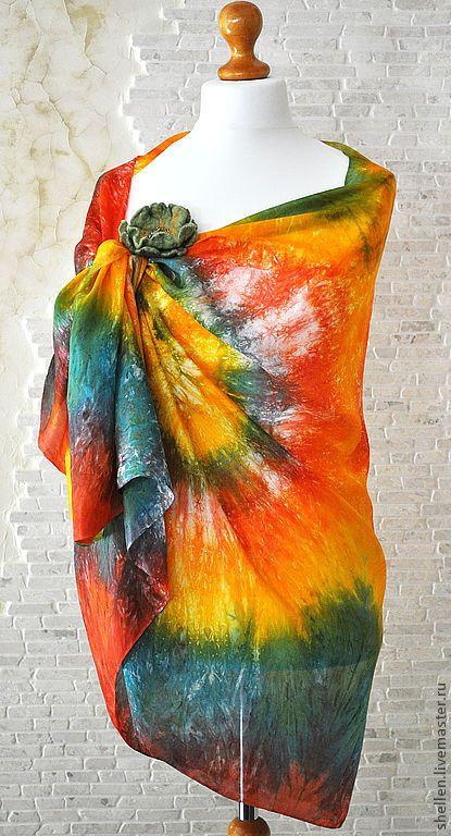 """Шелковый палантин """"Радужный"""". Яркий палантин выполнен из натурального шелка, окрашен вручную, имеет легкий блеск, не линяет. В комплекте цветок-брошь, сделанный вручную из шерсти, расшитый бусинами Сваровски и чешским бисером. Палантин чудесно драпируется, будет прекрасным дополнением к платью или блузке."""