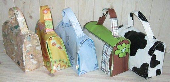 Comment recycler vos toiles cirées usagées mais qui peuvent encore servir, tout simplement en les transformant en objets pratiques du quotidien. Découvrez les tutos de nos blogueuses qui ne manquent pas d'idée..  Blog : La Vache Kikou - Voir tuto sac et couverture à langer en toile cirée