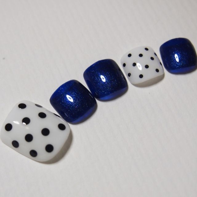 Oooh this is a cute pattern for toenails! #paintingthosetoes
