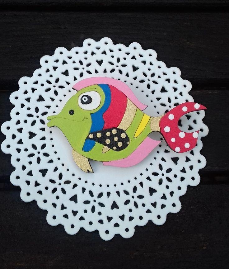Brož+rybka+barevná+krásná+barevná+brožka+ve+tvaru+rybičky+brožka+je+vyrobena+z+topolové+překližky+a+je+malovaná+akrylovými+barvami+a+přelakovaná+rozměr+brožky+je+8,2+x+5,2+cm+na+zadní+straně+brožový+můstek