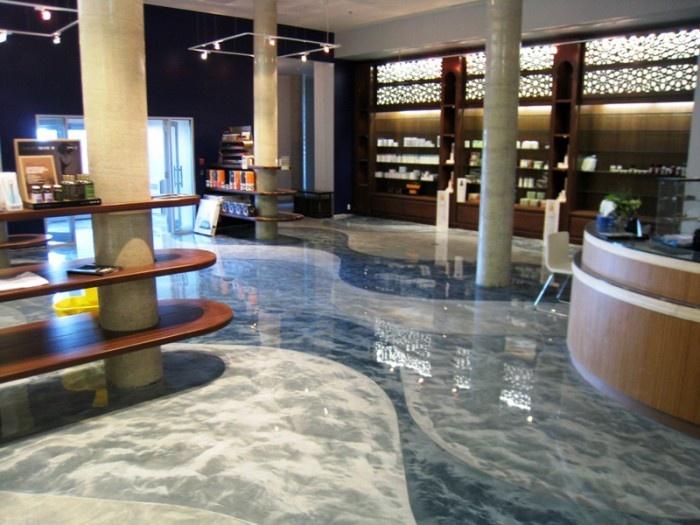 Con la polvere di metallo realizziamo splendidi pavimenti in resina nuvolata, come questo di Milano.
