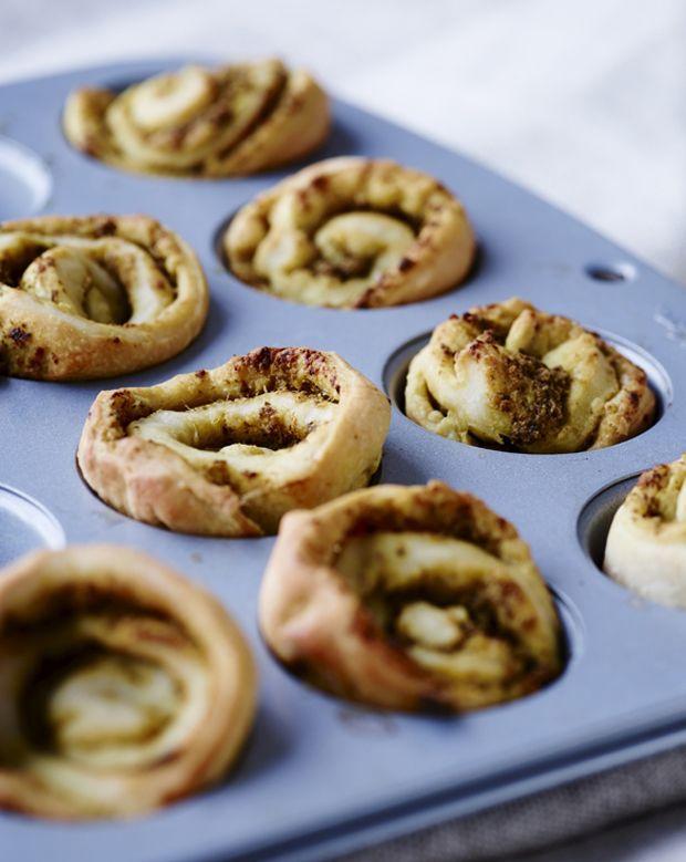 Lav små fine pestosnegle til middagen eller som snack. Prøv også at erstatte grøn pesto med rød pesto eller oliventapenade. Det smager skønt! (Recipe in Danish)