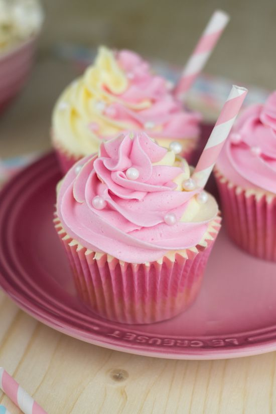 Pink Lemonade Cupcakes  (recipe in Spanish but you can translate it by viewing the site through Google Translate)