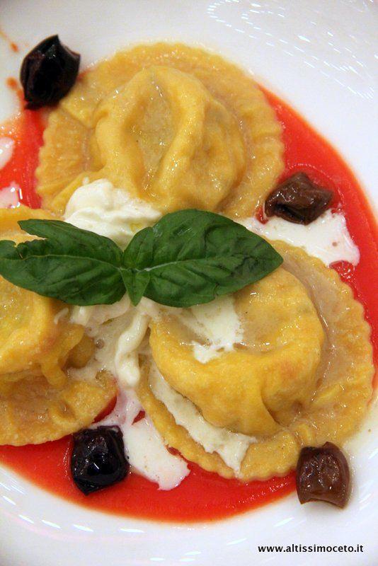 Tortelli con stracciatella, basilico e olive taggiasche su gazpacho di pomodori datterini (Hotel Principe di Savoia - Milano)