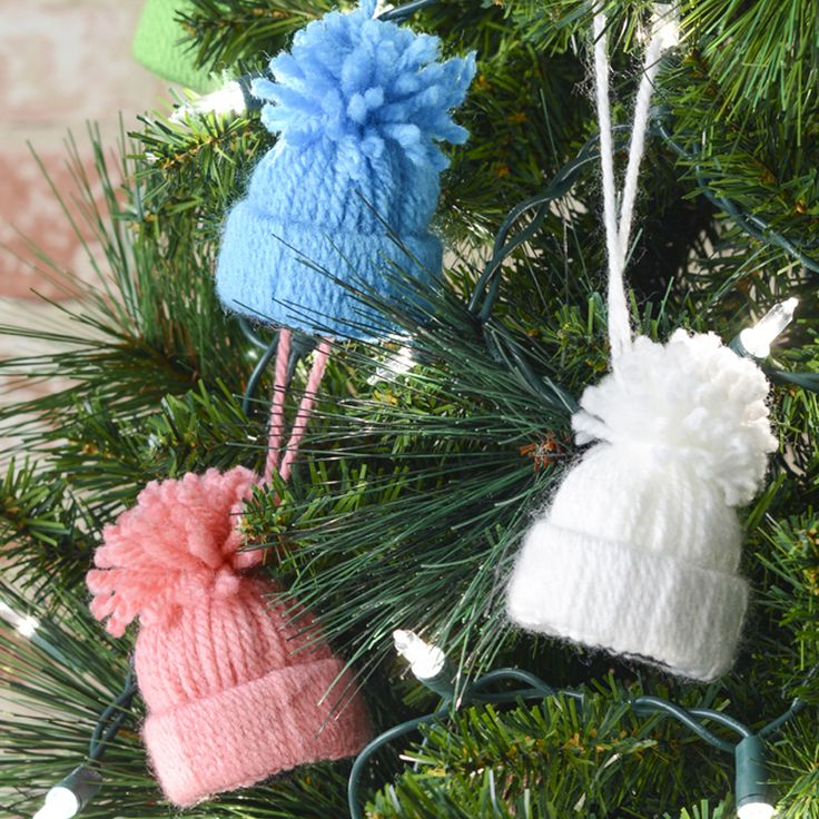 Pom pom hat ornaments - DIY ornaments - yarn ornaments - Christmas projects - make your own ornaments
