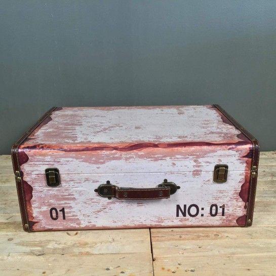 Vintage βαλίτσα από δερματίνη για να διακοσμήσετε το χώρο σας.Μπορεί να χρησιμοποιηθεί και στο γάμο ή τη βάφτιση για τις ευχές ή για τη διακόσμηση του τραπεζιού των ευχών.Το NEDAshop.gr υποστηρίζετε και από το κατάστημα μας όπου μπορείτε να δείτε όλα τα αντικείμενα μας και από κοντά.http://nedashop.gr/nees-afikseis/vintage-valitsa-dermatini