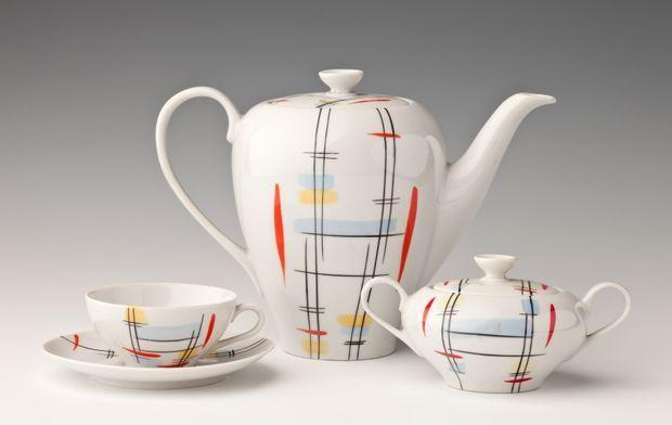 """Serwis do herbaty """"Julita"""", model z 1957 r., projekt: Edmund Ruszczyński, Zakłady Porcelany Stołowej """"Wałbrzych"""" w Wałbrzychu. Fot. A. Podst..."""