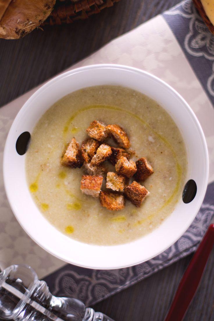 Vellutata ai funghi porcini: il Re dell'autunno in un comfort food caldo e cremoso.  [Porcini mushrooms cream soup]
